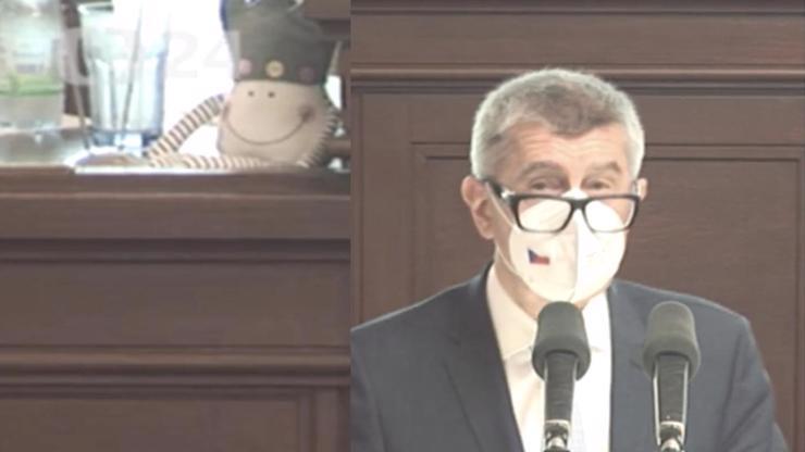 Babišovi se smál i plyšák: Premiér se v emotivním projevu bránil zuby nehty
