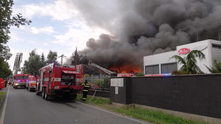 Video zkázy: 3. stupeň poplachu a panika, v pražské Uhříněvsi vypukl obří požár