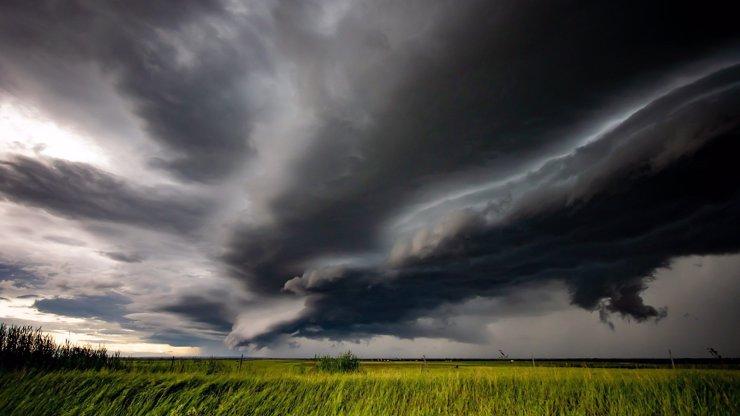 Vichr, kroupy a přívalové deště: Na Česko se ženou silné bouře