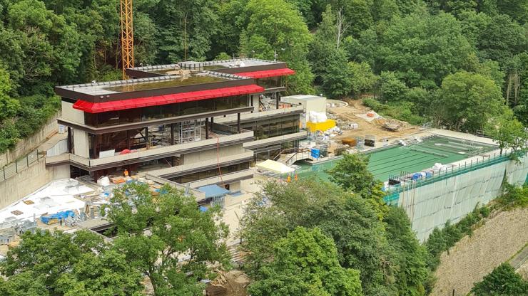 Vary obrazem: Přípravy 55. MFF vrcholí, takhle se mění slavný hotel Thermal