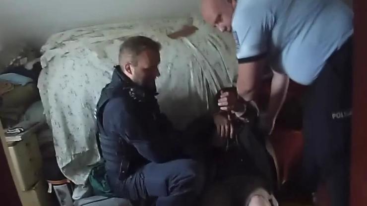Zahoď tu katanu! Video zásahu policistů proti zabarikádovanému šílenci
