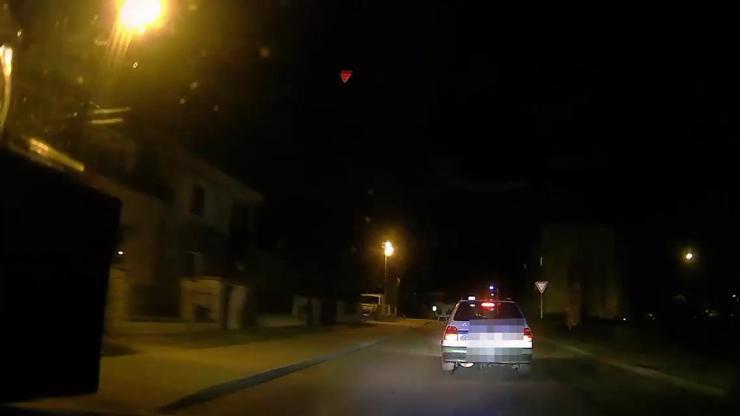 VIDEO: V rozhrkané felicii zkoušel ujet policii. Mladík se zákazem řízení skončil v příkopu