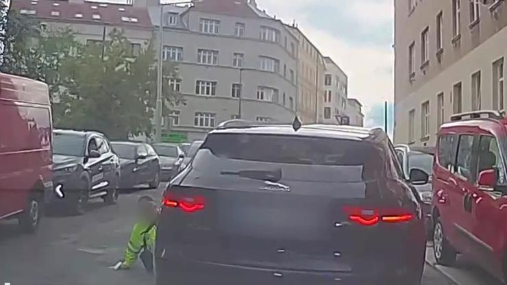 Uhni, simulante! Bezohledný řidič v Praze přejel strážníkovi nohu, pak mu nadával