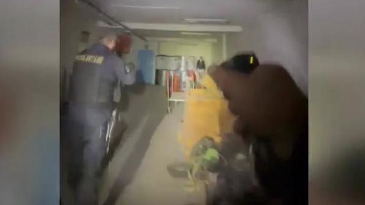 Přichycen přímo při činu! Schovanému zloději nedali policisté žádnou šanci