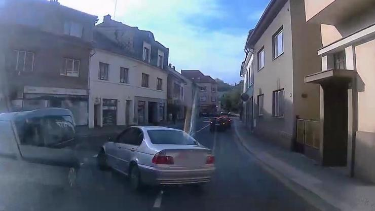 Zdrogovaný řidič v BMW se hnal Českou Třebovou: Dramatická honička skončila bouračkou