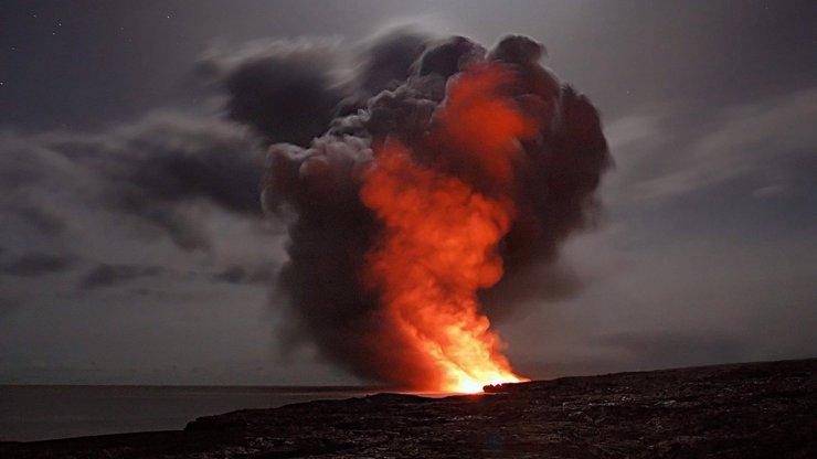 Aktivní sopka na Kanárských ostrovech: Chrlí lávu i žhavou horninu, ničí domy a lidem hrozí evakuace