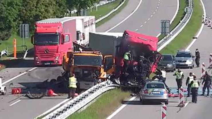 Děsivé video nehody na D2: Kamion se srazil s vozem silničářů, řidič zemřel